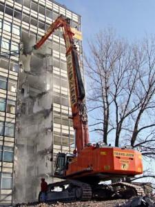 Hitachi ZX-870 rozcina budynek na połowę