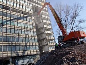 rozbiórka wysokiego budynku przy pomocy ZX-870