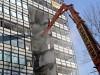 nożyce wyburzeniowe przecinają budynek