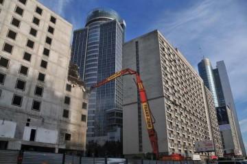 hitachi zx-870 rozbiera mechanicznie hotel Mercure w Warszawie
