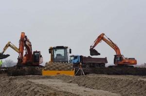 ciężki sprzęt równa teren w Niepołomicach
