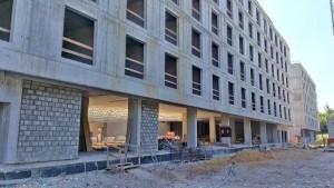 widok na elewację wznoszonego hotelu