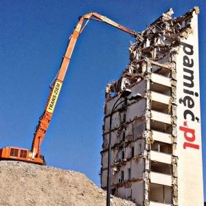ciężki sprzęt wyburza siedzibę IPN w Warszawie