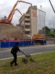 miejski turysta podziwia wyburzanie starej siedziby instytutu