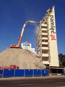 wysoki budynek wymusił konieczność zbudowania nasypu