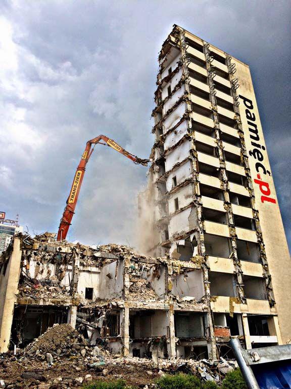 znikający budynek siedziby Instytutu Pamięci Narodowej