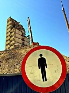 zakaz wstępu na teren rozbiórki