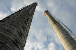wysokie kominy przeznaczone do wyburzenia