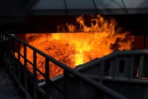 ogień bucha z pieca zasypowego