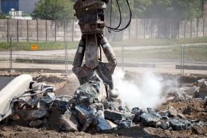 nożyce hydrauliczne kruszą bloki betonowe