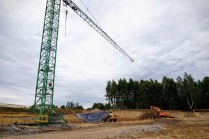 żuraw wieżowy na placu budowy