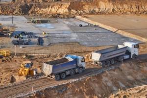 samochody ciężarowe w kolejce na załadunek